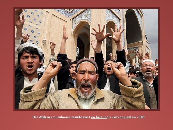 Des Afghans musulmans manifestant en faveur du viol conjugal en 2009