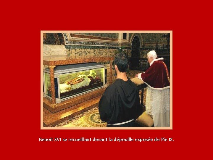 Benoît XVI se recueillant devant la dépouille exposée de Pie IX.