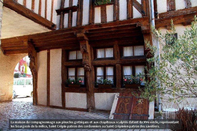 La maison du compagnonnage aux pinacles gothiques et aux chapiteaux sculptés datant du XVe