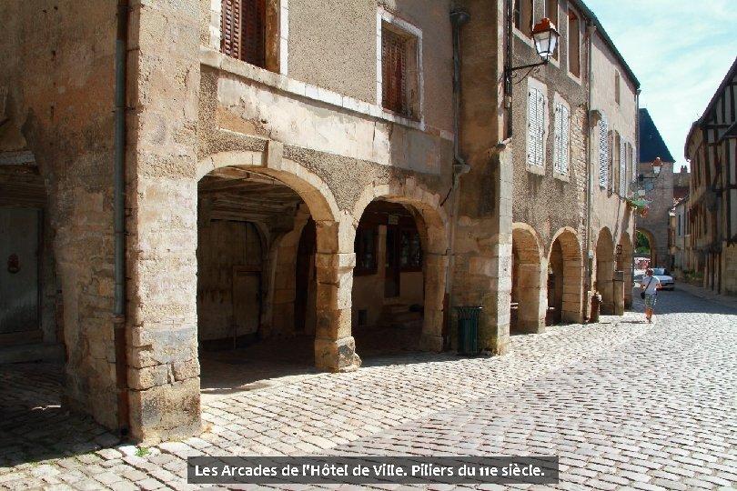 Les Arcades de l'Hôtel de Ville. Piliers du 11 e siècle.