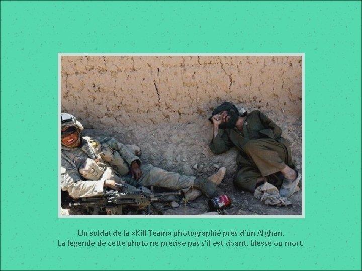 Un soldat de la «Kill Team» photographié près d'un Afghan. La légende de cette