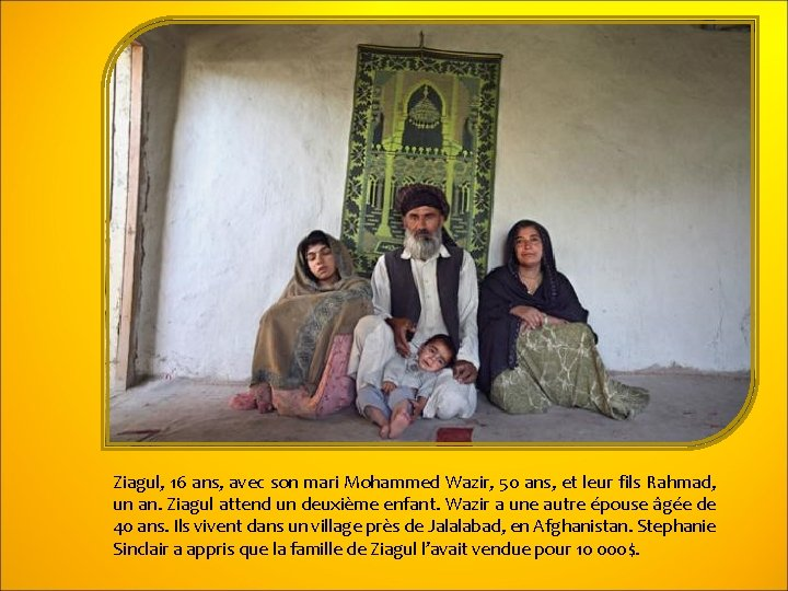 Ziagul, 16 ans, avec son mari Mohammed Wazir, 50 ans, et leur fils Rahmad,
