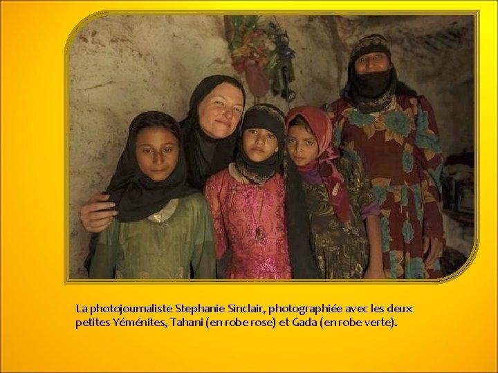 La photojournaliste Stephanie Sinclair, photographiée avec les deux petites Yéménites, Tahani (en robe rose)