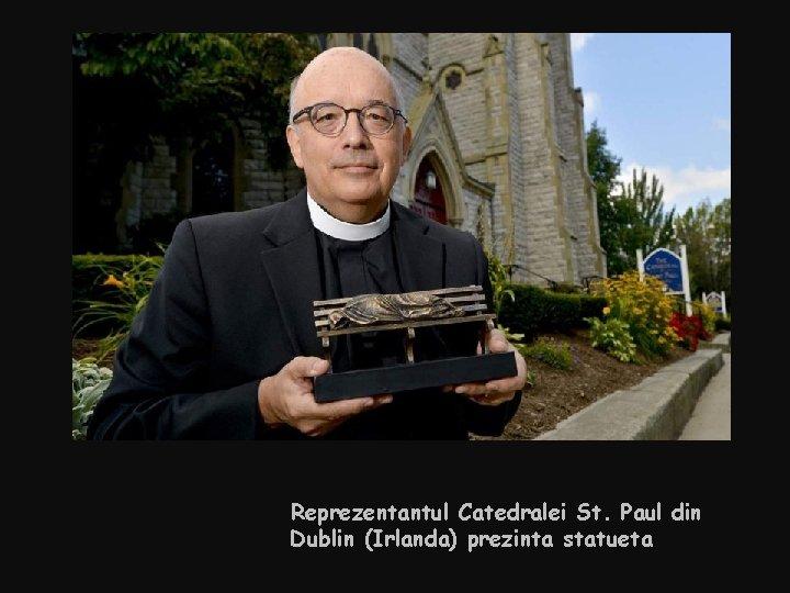 Reprezentantul Catedralei St. Paul din Dublin (Irlanda) prezinta statueta