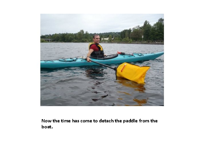 Now the time has come to detach the paddle from the boat.