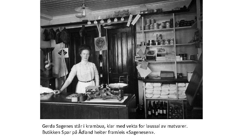 Gerda Sagenes står i krambua, klar med vekta for laussal av matvarer. Butikken Spar
