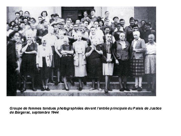 Groupe de femmes tondues photographiées devant l'entrée principale du Palais de Justice de Bergerac,