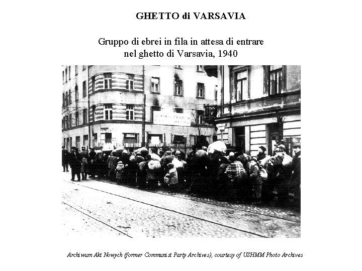 GHETTO di VARSAVIA Gruppo di ebrei in fila in attesa di entrare nel ghetto