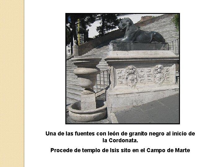 Una de las fuentes con león de granito negro al inicio de la Cordonata.