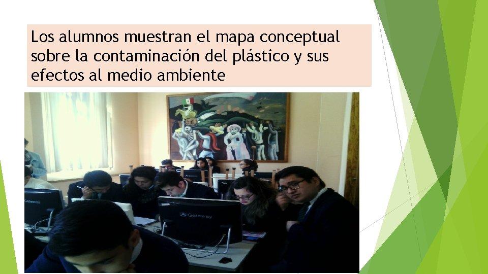 Los alumnos muestran el mapa conceptual sobre la contaminación del plástico y sus efectos