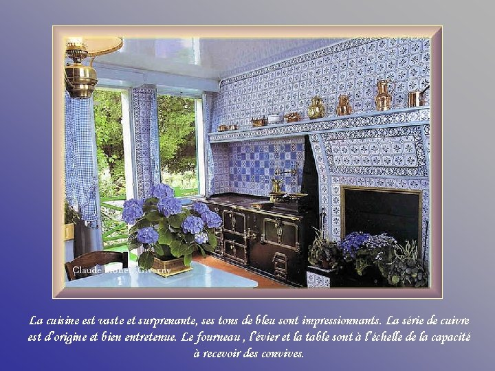La cuisine est vaste et surprenante, ses tons de bleu sont impressionnants. La série