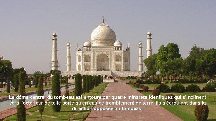 Le dôme central du tombeau est entouré par quatre minarets identiques qui s'inclinent vers
