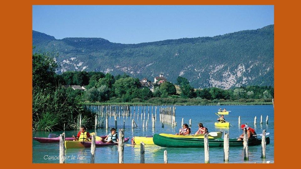 Canoé sur le lac.
