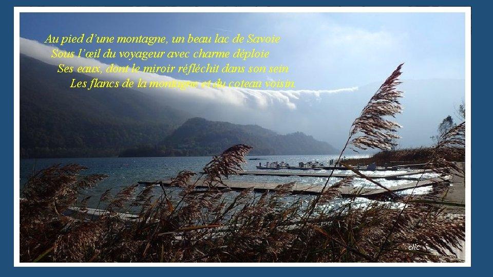 Au pied d'une montagne, un beau lac de Savoie Sous l'œil du voyageur avec