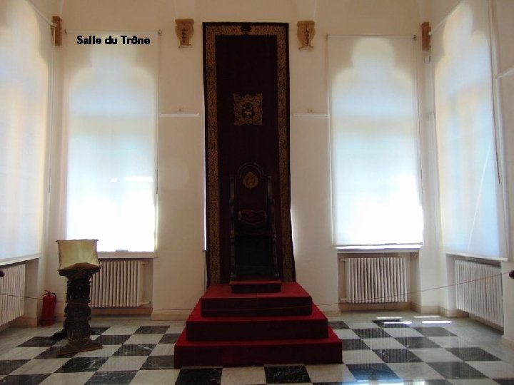 Salle du Trône ou du Conseil Princier se trouve un trône et bancs Salle