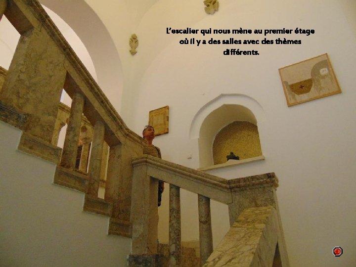 L'escalier qui nous mène au premier étage où il y a des salles avec