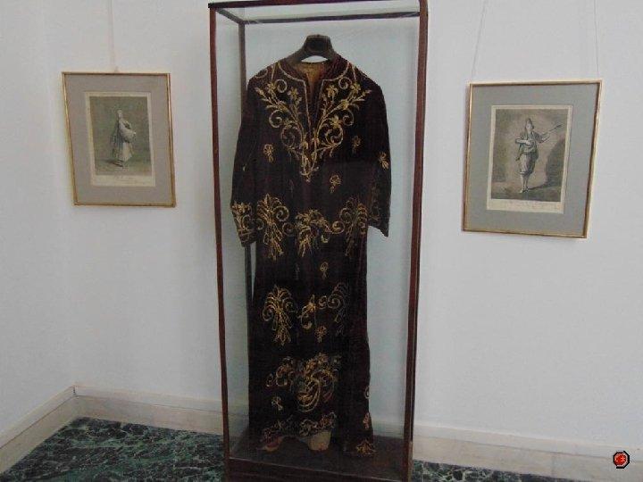 Dans la Salle Phanariote se trouvent un costume des Balkans, vases en céramique une