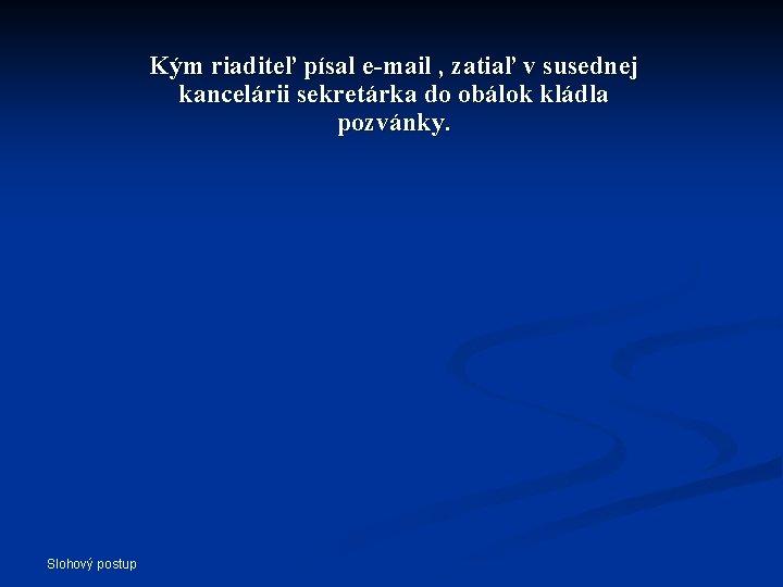 Kým riaditeľ písal e-mail , zatiaľ v susednej kancelárii sekretárka do obálok kládla pozvánky.