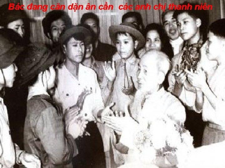 Bác đang căn dặn ân cần các anh chị thanh niên www. HNGHIA. Info