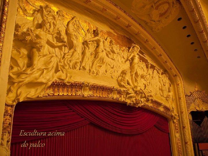 Escultura acima do palco