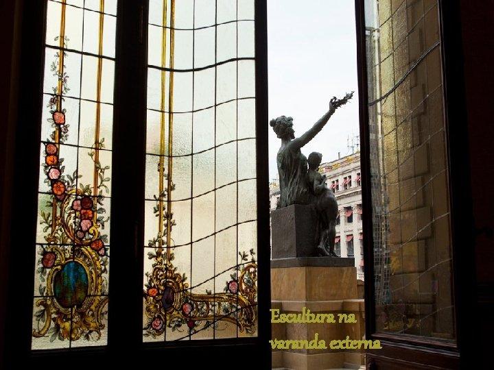 Escultura na varanda externa
